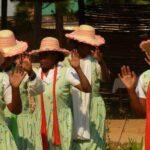 אזרחים בלבוש אותנטי בטיול בתפירה אישית למדגסקר