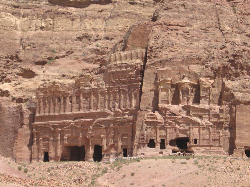 אל ארמונות הקבורה בפטרה – היסטוריה וארכיאולוגיה