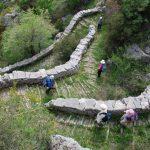 מטיילים בהר בטיול משפחות ביוון