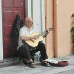 אמן רחוב בטיול משפחות ביוון