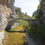 גשר עתיק מעל נחל בטיול משפחות ביוון