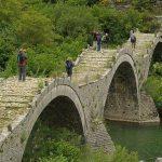 גשר מעל הנחל בטיול משפחות ביוון