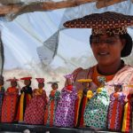 סוחרת מקומית בטיול מאורגן בנמיביה
