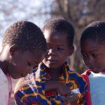 ילדים מקומיים בטיול מאורגן בנמיביה